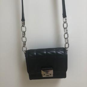 Lækker og meget velholdt taske, brugt få gange . Måler ca. 16x16x5 cm