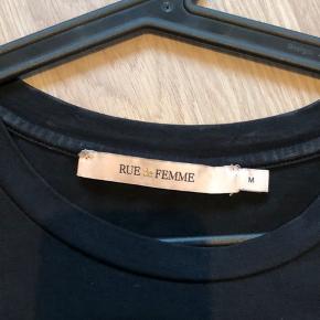 Mega fed t-shirt fra Rue de Femme. Str M.  Sort med guld.  Fra ikke rygerhjem