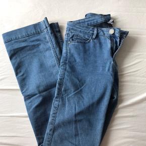 Vige blå jeans. Der er lidt stretch i dem, hvilket gør dem behagelige at have på