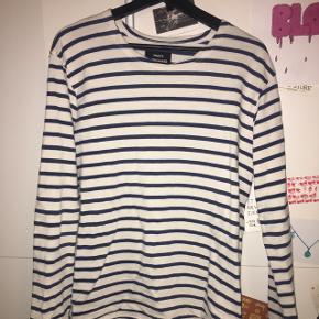 Off-White trøje med blå striber og med lidt tykkere stof end normale langærmede t-shirts.