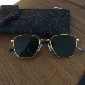 Helt nye kaibosh solbriller, købt i foråret og kun prøvet på indendøre. Modellen hedder Kaibosh Södermalm. Solbrillerne har en nypris på 1000.-  OBS: Kaibosh brille-etui følger med.  Skriv hvis du har spørgsmål om noget :-)