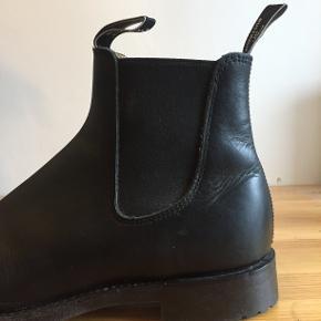 Sælger mine RM Williams Gardener med Greasy Kip Leather overdel og Rubber Treaded sål der gør den bedre egnet til det skandinaviske klima. De er godt plejet og ikke brugt særligt meget :)