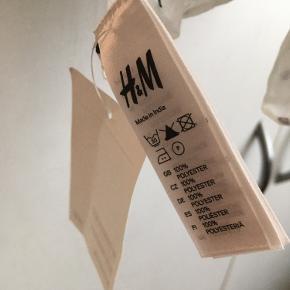 Sødt hvidt tørklæde med sorte prikker fra H&M🌸   Tørklædet er bestilt på nettet, og er pakket ud, men er aldrig brugt og har derfor stadig tag på, som ses på billedet🌸   100% polyester