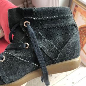- pris er inkl fragt 💌  Super smarte støvler fra Isabel Marant 💃🏼 Har ingen fejl eller mangler, men mindre tegn på slid :))  • Sørger for at handlen bliver CO2 neutral 🌳❤️ Tilbyder mængderabat