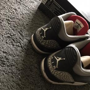 Air Jordan III RETRO CEMENT. Skoene er meget efterspurgt især i denne størrelse og er købt af en reseller. Der er slid på indersiden af sålen, men kan fikses.
