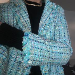 Chanellignende jakke, aldrig brugt, købt i vintagebutik i Paris. Passer en S/lille M. Købte den for 50€.