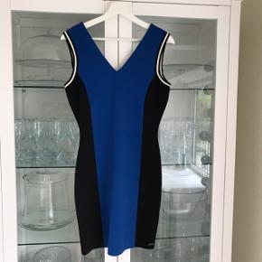 Blå kjole - perfekt som studenterkjole! Kan også bruges af en 36 💙