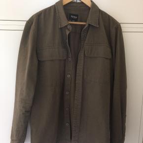 Pull And Bear skjorte Str L Bin 200 Byd! :)  Sindssyg lækker kakifarvet skjorte fra Pull And Bear!  - Skriv PB for mere info! - Køber betaler fragten