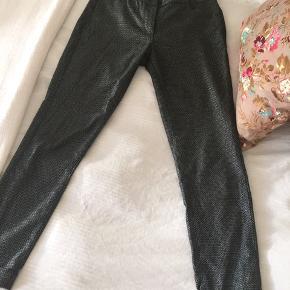 Cigaret bukser i grå/sort mønster med sølvtråd, der står XS i men fitter også en str S