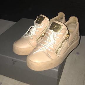 Guiseppe Zanotti sneakers i en størrelse 37,5 sælges. Købt for ca 4.800kr.