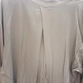 Flot kjole fra Malene Birger.  Kan også anvendes til vinter med rullekrave og leggings under.  Har skrevet grå, men har lille anelse af Mint iblandet.  Brugt en gang og derfor som ny😊. Ny pris 1300