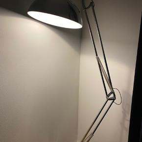 Super fed lampe fra Idemøbler, nu det som kaldes Ilva. Fejler intet, sælges grundet flytning   Pære medfølger IKKE