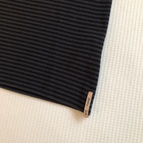 Navy/grå stribet rullekrave  Lækker kvalitet Hele sættet på det sidste billede er til salg. Køb begge dele og få mængderabat💫 Nederdelens annonce er på min profil