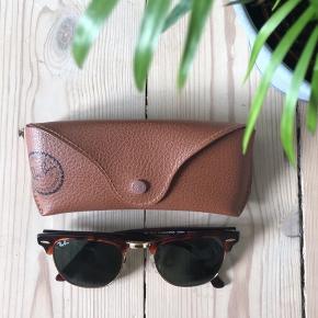 Rayban solbriller model clubmaster i brun med guld, fremstår helt nye. Har desværre ikke kvittering.  💸Modtager mobilepay 📍Hentes i Vanløse/København 📦Sender gerne - køber betaler selv fragt ❕Kommer fra et røg- og dyrefrit hjem 🌸 Tager ikke retur