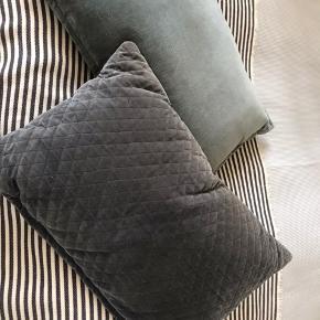 2 stk velour pudebetræk med polyester inderpude sælges.  Den ene er grålig i lidt kviltet struktur og den anden grøn.  Den grå måler ca 60 x 38 cm Den grønne måler ca 62 x 41 cm.   Sælges for 75 kr pr stk plus Porto.