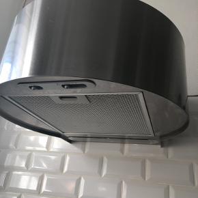 Flot IKEA væghængt kulfilter emhætte i børstet stål. Behøver kun stik og ikke luftudtræk.  God stand. Brugt ca 2 år. Trænger evt til nyt kulfilter fra IKEA (199 kr for 2 stk)