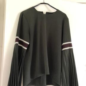 Fineste bluse med de smukkeste ærme, brugt meget få gange og er så god som ny💜 BYD.