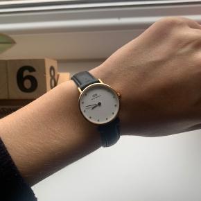 Ægte DW ur sælges da det ikke bruges mere.  Uret er guld.  Ingen fejl, dog skal batteriet skiftes.   Læs beskrivelsen før der stilles sprøgsmål.  Jeg tager ikke flere billeder.  Jeg sender med DAO, på købers regning, samme dag (hvis muligt).