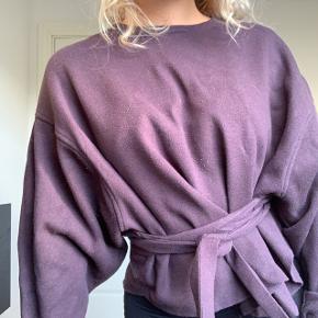 Zara Sweater med bindebånd i taljen. God stand. Mørkelilla, næsten sort/blå. Byd