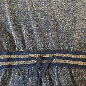 Flot blå glimmer kjole i lækker let kvalitet str 134/140. Brugt få gange. Afh i 6710