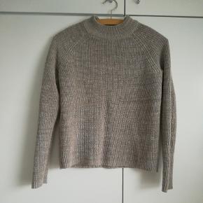 Grålig sweater fra H&M. Brugt 2 gange.  Np: 115 kr. Mp: 50 kr. + fragt