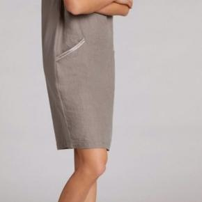 Smuk kjole fra skønne Oui i lys khaki med flotte simili detaljer ved lommer. Str 38 - skøn at have på.  100 procent bomuld /linen (hør-agtigt/linnen) på forsiden. Skønt stof til de varme dage☀️🤗