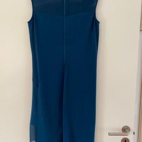 Smuk kjole brugt en gang til et bryllup.   Str. 8 - svarer til en 36.   Længde fra skulder og ned foran: 105cm.