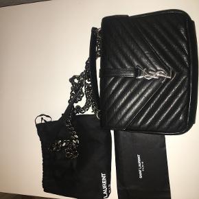 """Tasken er købt i butikken i Milano og er modellen """"College Medium"""". Den er i rigtig fin stand og har kun et lille mærke i læderet på forsiden. Jeg har stadig kvittering, dustbag og autencitetskort.  Den har målene 24 x 17 x 6,5  ☺️."""