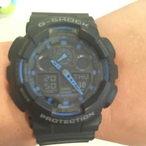 Næsten ny Casio G-Shock ur med gummirem så den passer til alle typer håndled 👌👍 Uret bliver self rengjort inden salg, så der ikke er støv på det efter det bare har lagt .  Spørg for mere info eller flere billeder ✌️  Mængderabat gives 🤝  Tags: Casio , Ur , Sportsur , Sportswatch , Næsten ny , Blå , Casio Ur