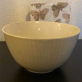 Så fin skål fra Broste Copenhagen. Mål er H 11,5 og Diameter 20,5 cm. Der er små prikker i, der giver et fedt udtryk.   Aldrig brugt.