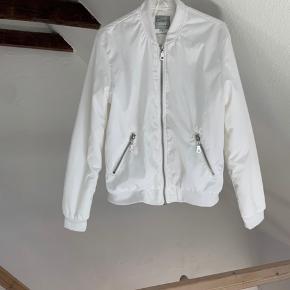 Fed jakke, den er brugt og har minimale brugstegn (ikke noget man bemærker), men prisen er sat herefter🤎