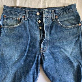 Fede denim blå vintage Levi's bukser i str. 32/30.   Tjek mine andre annoncer ud for et bredt udvalg af herre/kvinde tøj :-)