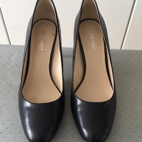 Smarte sorte heels fra Nine West. Kun brugt to gange. Rift i læder på den ene hæl, - sælges for 199 - bemærk ny lavere pris 😊