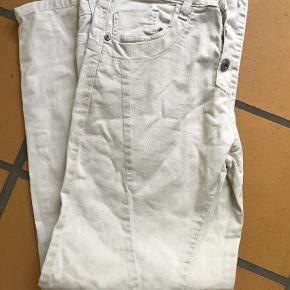 Varetype: Bukser Farve: Khaki Prisen angivet er inklusiv forsendelse.  Fin buks, brugt men uden fejl
