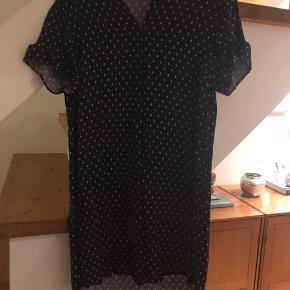 Enkel navy blå kjole fra H&M, købt sidste sommer, gået med få gange, rigtig skøn til de varme sommeraftner. Er stor i størrelsen, passer også en 38, 40 og 42.