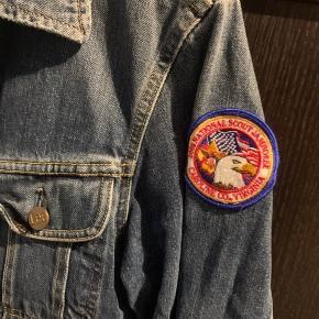 Jeg sælger godt og grundigt ud fra garderoben, så tag et kig på min profil, nu hvor du alligevel er her!    Lee denimjakke med ægte Amerikanske patches fra New York.   Str.M - Fremstår slidt som en denimjakke skal.