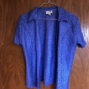 Sælger denne retro skjorte. Har en lynlås - kan anvendes både åbent og lukket.  Ingen tegn på skader