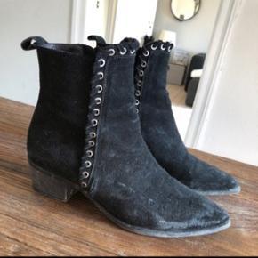 Støvler fra Billi Bi. Isabel Marant lignende look. Skal have en klud og en børste.  En lille hul i den ene. Ses på sidste billede