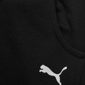 Bløde joggingbukser i sort med et lille logo. De er brugt, jeg kan ikke garantere der ikke skulle gemme sig små 'pletter' i stoffet, bukserne er heldigvis sorte så det ikke ses. Dette kaldes 'fedt' pletter, kan muligvis vaskes af. Sælges derfor meget billigt.  Passes af en str. xs og s