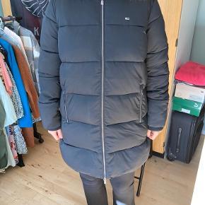 Sælger denne helt nye jakke fra tommy Hilfiger, stadig med tags. Str xl
