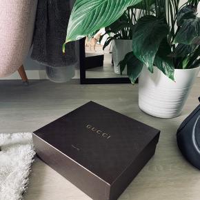 Fin sko æske fra Gucci Brugt til opbevaring. Rigtig fin stand  Måler 30 x 32 cm