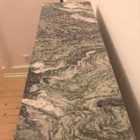 """Sælger denne smukke marmorplade som er brugt som """"hylde"""" på vores radiator. Den har et enkelt afslag på den ene side, ellers er den i fin stand.   Den måler 82cm i længden og 28cm i bredden ☺️"""