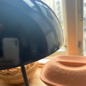 Verner Panton flowerpot bordlampe! Giver en rigtig hyggelig belysning💡 Den perfekte julegave!  Som det fremgår på billed#2 er der nogle små, hvide brugsspor på siden af skærmen, men man skal meget tæt på for at se dem.