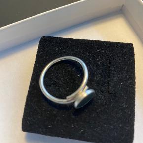 """Fin forsølvet ring med grå """"sten"""". Kan justeres"""