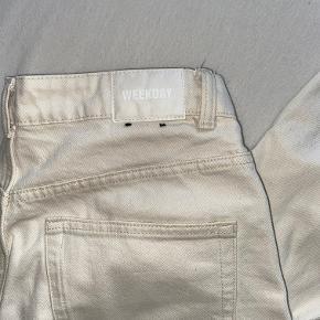 Sælger mine råhvide Weekday bukser, da jeg desværre ikke får dem brugt. De fejler intet, og er en str. 28/30 (M), og er en straight model - byd gerne!