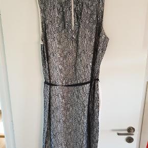 Varetype: Midi Størrelse: 44 Farve: Multi Oprindelig købspris: 2299 kr.  Smuk og elegant kjole - perfekt til sommerens fester. Nypris kr. 2299,-