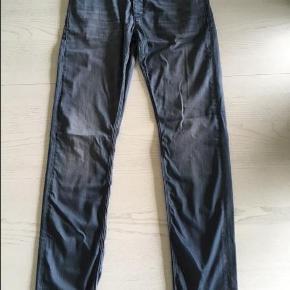 Varetype: Smarte grå/ blå Gabba jeans Model  Rey RS0703 P2721  Str 31/34 Størrelse: 31/34 Farve: grå/blå  Smarte grå/ blå Gabba jeans Model Rey RS0703 P2721  Str 31/34 Lækker bløde Fin stand Ikke ryger og minus husdyr Længde ben 87 cm  84 % Cotton 14 % Polyester 2 % Elastanne  Sælges for 190 kr plus porto 35,- - sendes med Dao, til nærmeste udlevering.   Kan også afhentes i Værløse, Nordsjælland efter nærmere aftale.