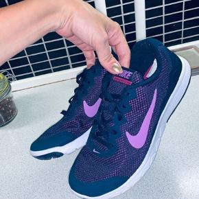 Lilla Nike sneaks. Brugt 2 gange, men desværre passede de ikke helt.