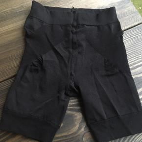 Shaping shorts, kan ikke huske mærket.  Str S  Skal helst afhentes på Nørrebro (ca 300m fra Skjolds Plads)! Ellers betaler køber porto med DAO.  Se også mine andre annoncer ☺️
