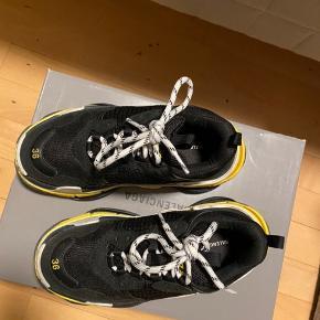Jeg sælger min lækre Balenciaga sko i str 36. De er lidt store i størrelsen. Sælges da jeg ikke får dem brugt, da de er for store.  Alt medfølger  Kom med et bud, men sælges ikke til en hver pris🌸